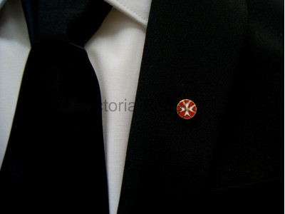 Round Knights of Malta Masonic Freemasons Lapel Pin with Red Background